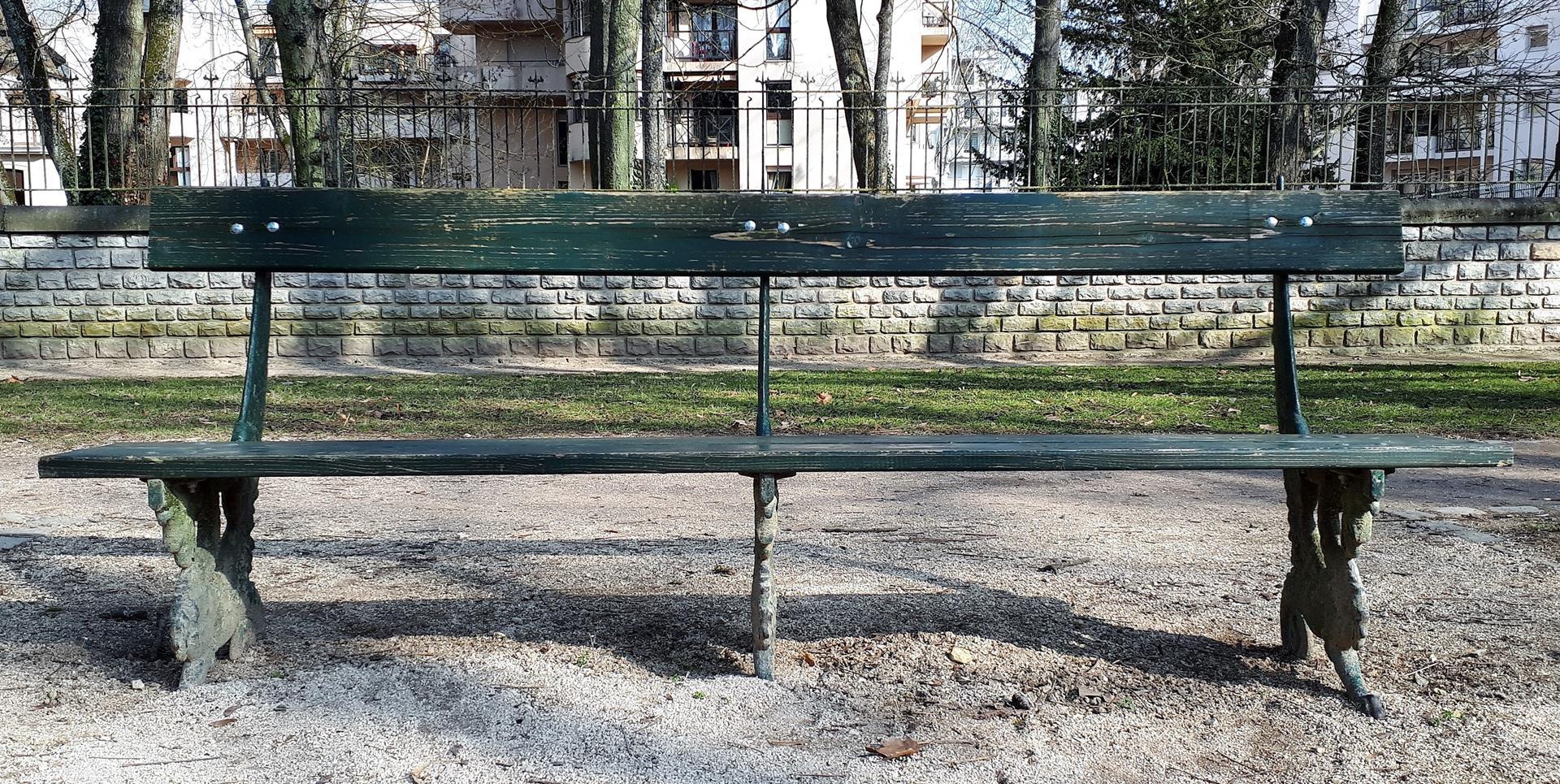Bancs cours du parc retabli (1)
